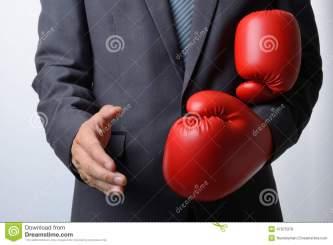 l-homme-d-affaires-enlèvent-des-gants-de-boxe-pour-offrir-une-poignée-de-main-sur-b-blanc-47975378